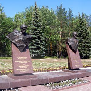 Парк_Победы_(бюсты_Шаймуратову_и_Кусимову)